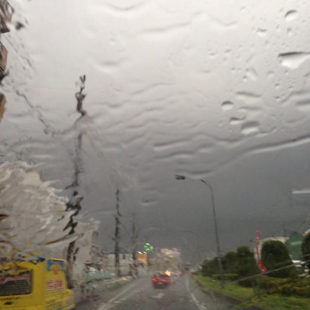 大粒で強い雨。雨粒でコーナーセンサーがピーピー(・・;)